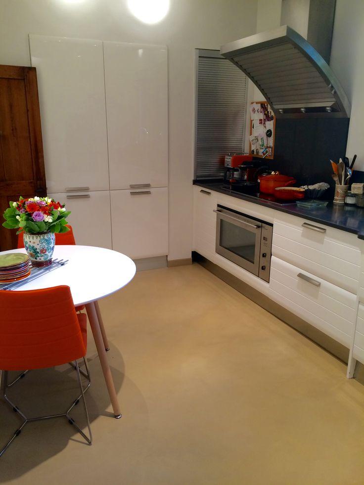 Sol de cuisine en béton ciré par B.CC (couleur Terre de Sienne/MA's)