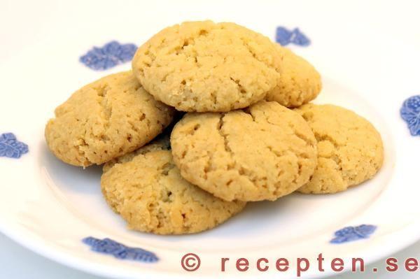 Recept på klassiska småkakor: kokosdrömmar. Innehåller smör, socker, kokosflingor, hjorthornssalt, vetemjöl.