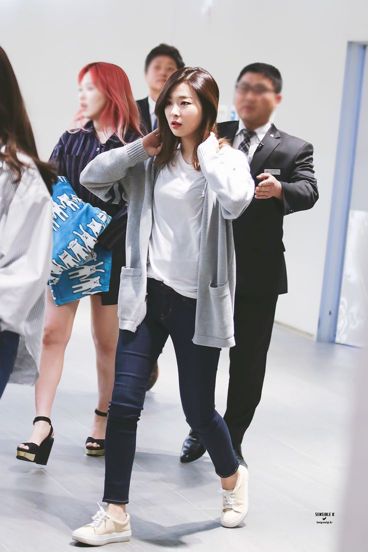 Other red velvet s airport fashion celebrity photos onehallyu - Red Velvet Seulgi I Ve Been Looking For Those Colour Shoes In Converse Forever Airport Fashionstreet
