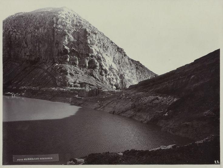 Een rotswand van de vulkaan Kawa Idjen met een kratermeer
