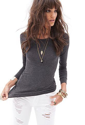 Camiseta gris larga básica con pantalón blanco                                                                                                                                                                                 Más