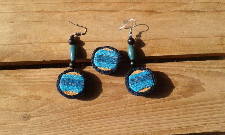 Crochet earrings and ring from cork and wooden bead.  Horgolt fülbevaló és gyűrű parafából. A Kreatív Kommuna KÉK árverésére készült, a győri Autista Világnap támogatására.