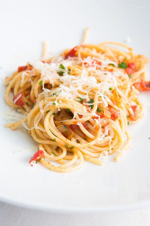 """Seit ich den Pasta-Klassiker """"All'Amatriciana"""" für mich entdeckt habe, liebe ich Wurst-Tomaten-Kombinationen für Pasta-Saucen. Heute im Fokus: Chorizo. Zur Wiederholung: Bei einer Chorizo handelt es sich um eine spanische Wurstspezialität, die aus Schweinefleisch hergestellt und mit Paprika und Knoblauch gewürzt ist. Dabei wird"""