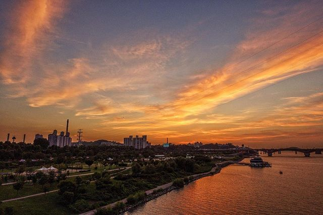 160810 어제 일몰 하도 올해 여름 하늘 안 좋다 투덜댔더니 요즘 하늘 꽤 좋다~ㅎㅎ . #korea #landscape #풍경 #일몰 #서울 #하늘 #선유교 #선유도공원 #소니 #rx100m3  #ig_korea #ic_landscapes #koreanlandscape