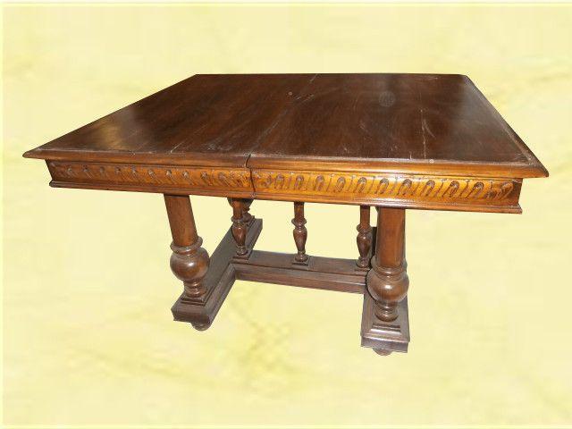 Tavolo francese. Tavolo in noce allungabile, restaurato. Misure: 119cm x 98cm x h.79cm www.arredomus.com