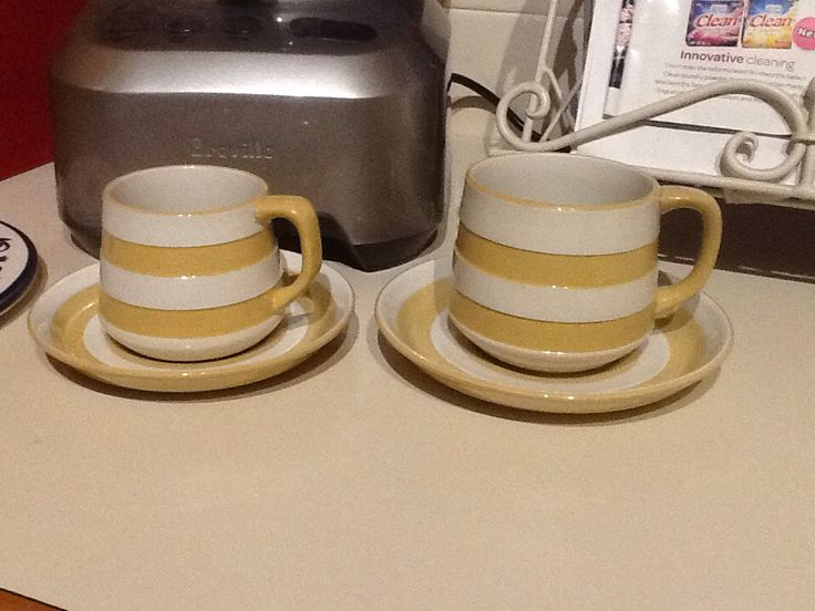 Gold Cornish ware - small and large tea cups and saucers