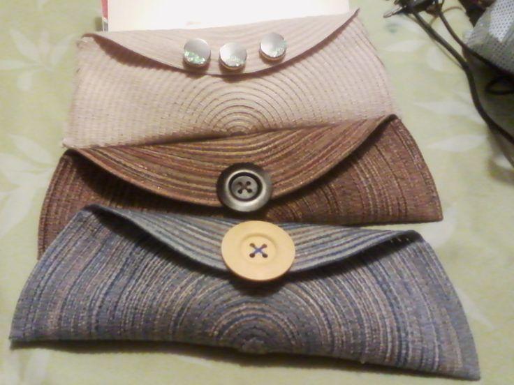 Variedad de carteras con diferentes botones.