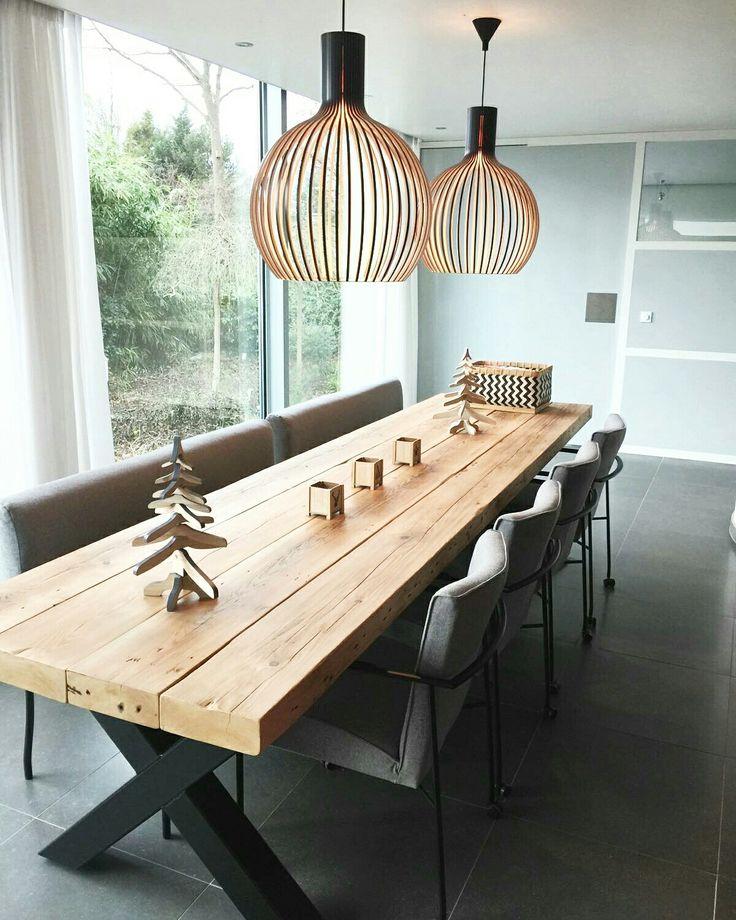 Prachtige 3.50 m lange eettafel Timber. Gemaakt van oude plafondbalken met een robuust stalen kruisframe. Prachtig .