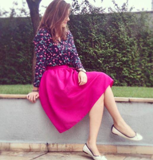 saia midi pink com camisa floral. look que amo !