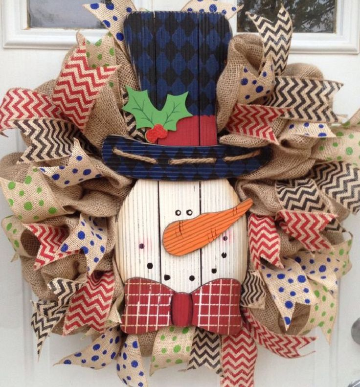 Burlap Snowman Christmas Wreath - 12 Jolly DIY Door Displays to Greet Christmas Houseguests! | GleamItUp