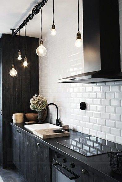 witte metrotegel, keuken, zwarte keuken, retro, wandtegel, spatwand keuken…