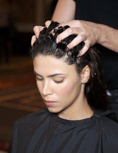 La coloration bio aussi appelée coloration végétale, est une technique pour teindre les cheveux à l'aide de produits naturels. Ces mélanges 100% green sont composés d'extraits végétaux contenant des pigments qui colorent et protègent les cheveux. Une technique qui séduit de plus en plus de femmes soucieuses des effets néfastes de certains actifs chimiques sur leur santé. http://www.elle.fr/Beaute/Cheveux/coloration-cheveux/Pourquoi-devrait-on-adopter-la-coloration-bio-2864546