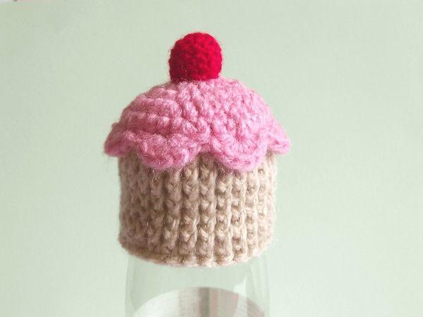"""Un modèle de petit bonnet en forme de cupcake à crocheter pour l'opération """"Mets ton bonnet"""" des smoothies Innocent."""