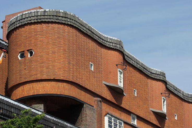 vloeiende lijnen in de bouwstijl Amsterdamsche School