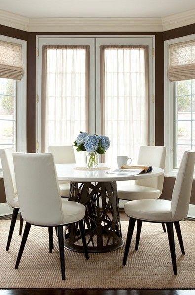 Speiseräume - schokoladenbraunen Wänden Französisch Türen Bambus Faltgardinen Sisalteppich runden Marmorplatte Esstisch Elfenbein Leder zeitgenössische Stühle