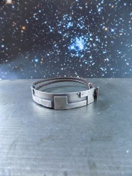 Handgefertigtes Herren-Armband aus Silber mit doppeltem, geflochtenen Lederband in braun.