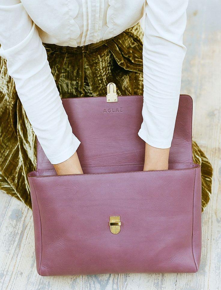 Medium size bag Noemi in detail. Портфель Noemi вишневого цвета в деталях.