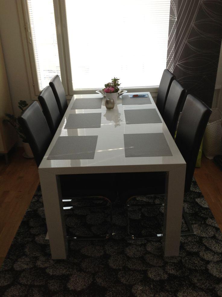 Pöytä, tuolit ja matto