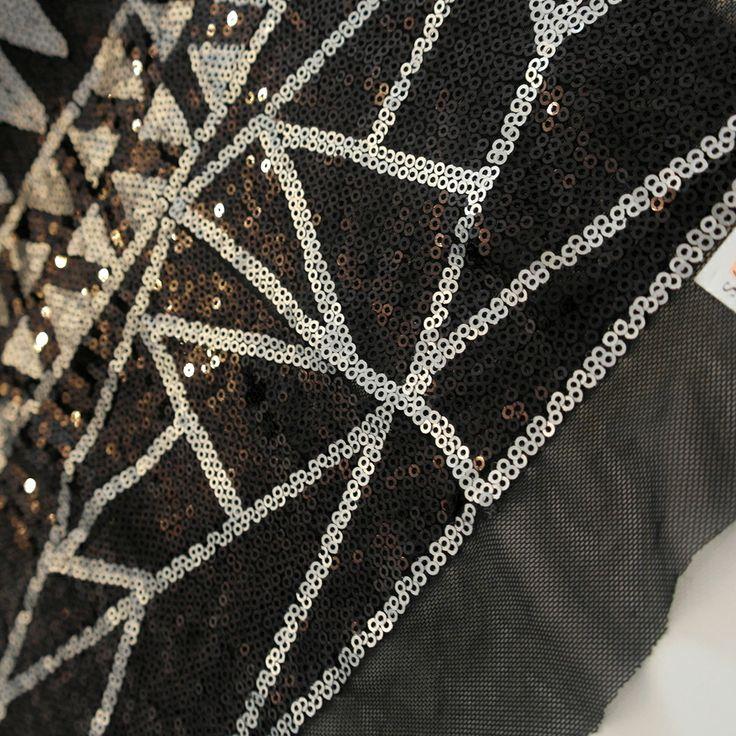Paiete rotunde negre si argintii de 3 mm pe tul negru KX1817.  Latime (cm) 90; Diametru Paieta 3 mm;  Compozitie tul (%) Poliester 100%;