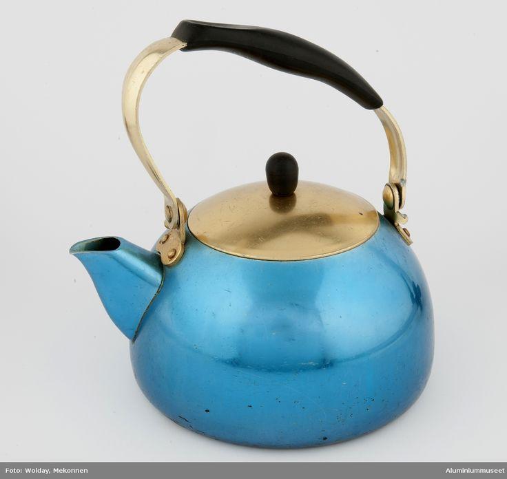 Rund blåeloksert kjele med gulleloksert lokk. Lokket har svart bakelitt knopp, og svart bakelittgrep på bøyle