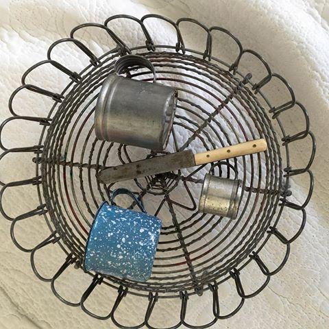 Pyttesmå mått/muggar, blå emalj 4cm diameter, bleckplåt lika stor. Den minsta 2,5 cm och en liten kniv 11cm, på ett underlägg i tråd.  #mått #mugg #emalj #bleckplåt #kniv #trådarbete #småsaker #antikt