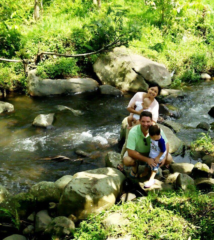 family picnic by the river with Green Bikes Bali #Bali #travel #holiday #cycling #cyclinginbali #jatiluwih #UNESCO #thingstodoinbali #placestosee #river #nature #wonderfulindonesia #indonesia #family #familytravel