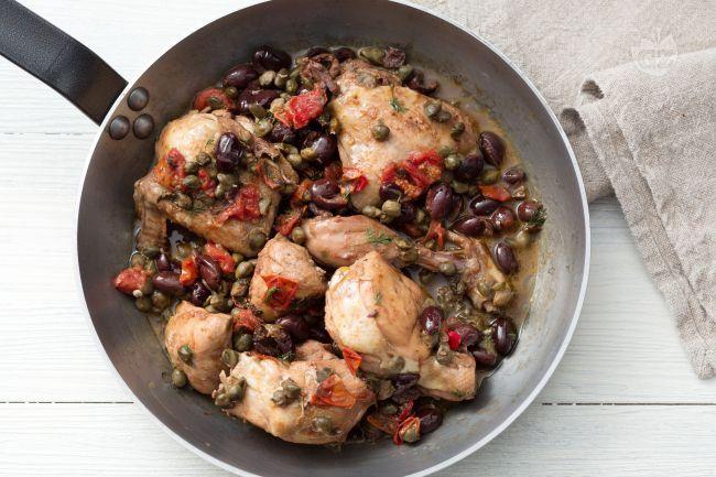 Il pollo alla siciliana è un secondo piatto succulento , ricco di aromi e sapori mediterranei.