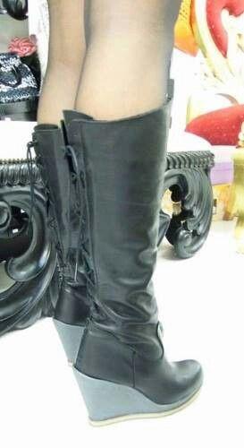 Stivale nappa nera con cinturini regolabili sul retro..zeppa 10 in gomma Produzione artigianale made in Italy Contatti: www.facebook.com/gadashop Gadashop@hotmail.it
