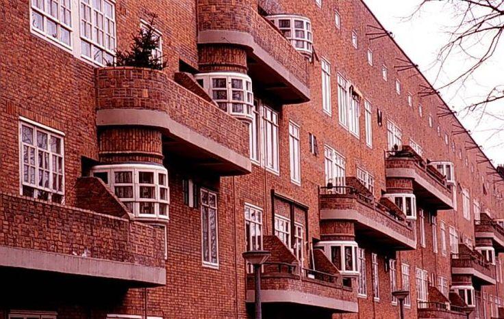 amsterdamse school, 1910-1930  kenmerken zijn: expressieve en fantasievolle ontwerpen, veel baksteen gebruik,