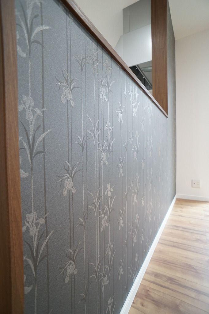 和モダンなお家の壁紙です。: 新築施工ブログ:おうちTOWN 黒い壁紙にあやめのシルエットです。 黒で大人っぽさを出しました。