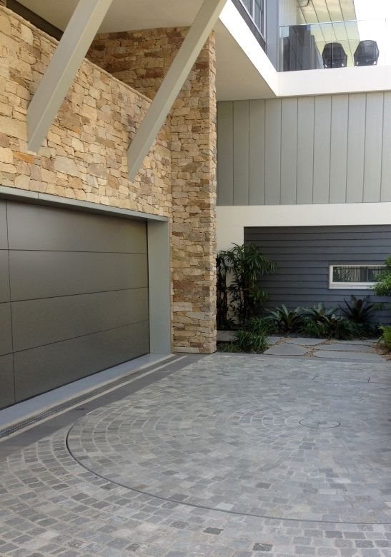 Cobble stone driveway with turning circle