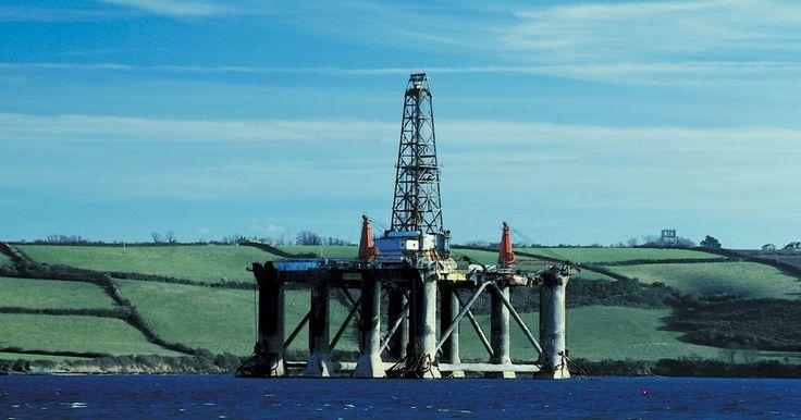 Projetos escolares sobre como fazer uma plataforma de petróleo. Uma plataforma de petróleo é uma plataforma mecanizada que ajuda as empresas petrolíferas a extrair o combustível fóssil a partir de sua origem, geralmente no subsolo ou no fundo do oceano. As plataformas petrolíferas são peças altamente complexas de engenharia, com vários componentes e subcomponentes. Se você tiver que planejar um projeto escolar ...