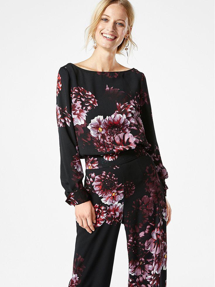 Mörkt rosa och lila blommor ger den eleganta blusen en dramatisk dimension. Bär den tillsammans med våra matchande byxor för att riktig statement-outfit från topp till tå.