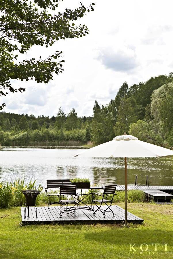 Rantaan rakennetulta patiolta voi tarkkailla järven rikasta linnustoa.   Sisustavan mökkitalkkarin paratiisi   Koti ja keittiö   Kuva Kirsi-Marja Savola