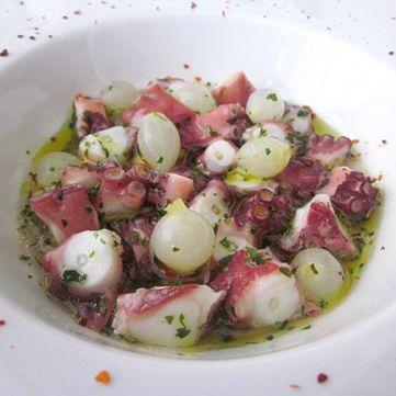 Zuppa di polpo tiepido con rucola e cipolline.  Leggi la ricetta: www.frescopesce.it/zuppa-di-polpo-tiepido-con-rucola-e-cipolline