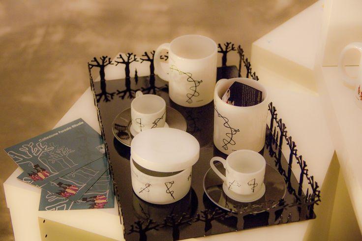 """VASSOIO RETTANGOLARE della collezione """"Foresta Rituale™"""" insieme al set da colazione Wollagy™"""