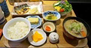 하카타나카_보통 일식 하면 떠오르는게 스시나 우동, 일본식돈까스를 떠올리게 되는데요. 이곳은 일본 가정식을 하는 곳입니다. 우리나라의 무슨무슨 백반 이런것을 떠올리시면 됩니다. 여러가지 종류의 가정식메뉴가 준비가 되어있는데 사진의 메뉴는 미스터타나카 정식이구요. 정식 종류도 참 많습니다. 마치 일본에 온것같네요. 깔끔한 일식 오늘 어떠십니까?
