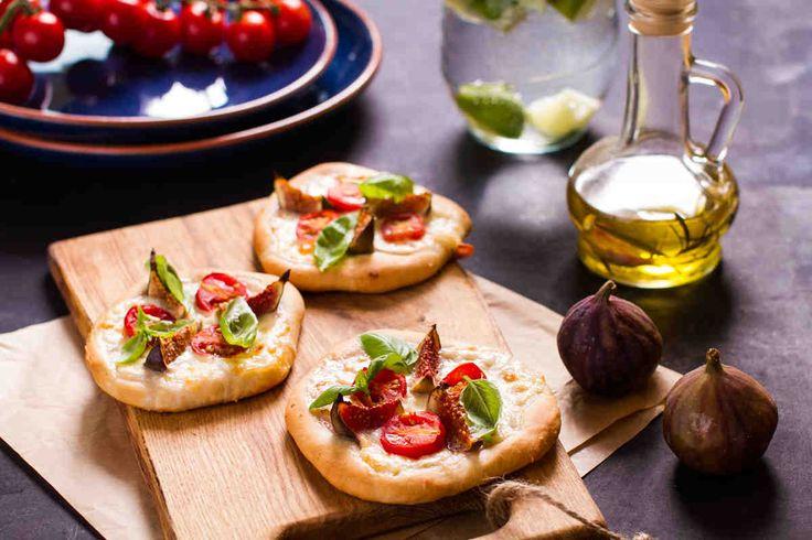 Minipizza z figami. #minipizza #pomidory #bazylia #walentynki #smacznastrona #tesco #przepisy