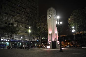 """Inaugurada em outubro de 1909, a Praça Oito de Setembro, inicialmente conhecida como Praça Santos Dumont, é um dos principais monumentos históricos do Centro de Vitória. O nome """"Praça Oito"""" é uma homenagem à data de fundação da cidade de Vitória.  A praça foi erguida no antigo Cais da Alfândega, em um momento de grandes mudanças urbanísticas e arquitetônicas na capital, e se tornou símbolo dos avanços que tinham como objetivo romper com o passado colonial capixaba.  Em seu entorno havia…"""