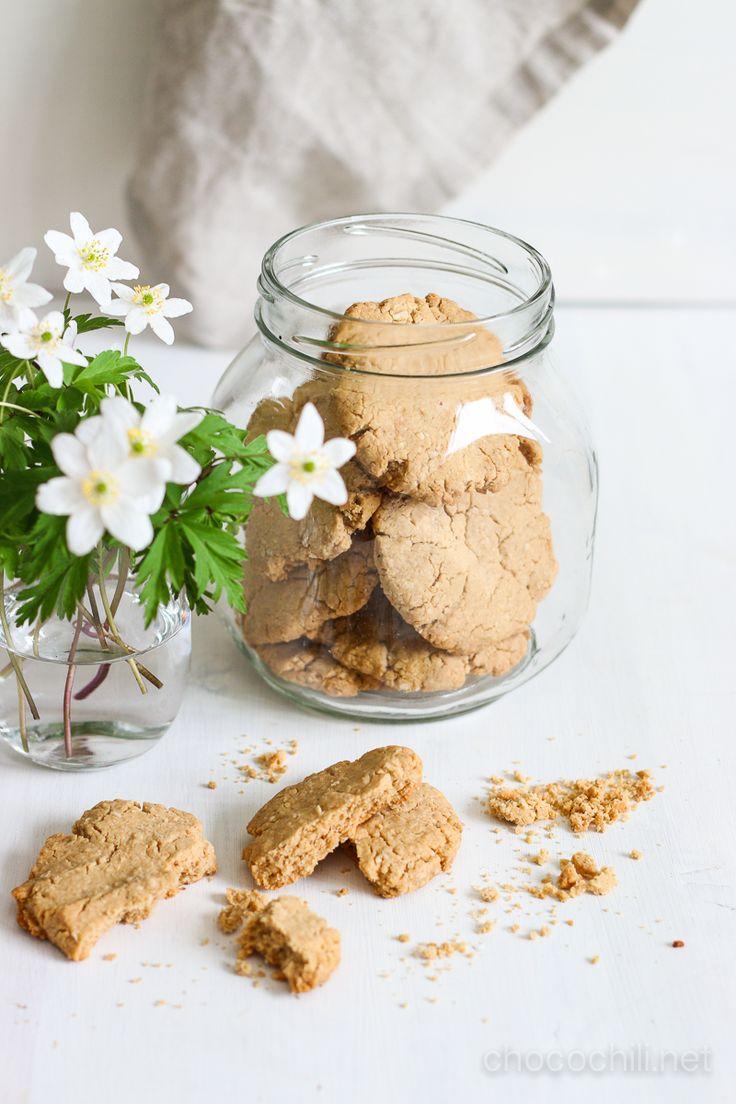 Maapähkinä-inkiväärikeksit | Maapähkinä-inkiväärikeksit, noin 15-20 kpl.      2,5 dl (gluteenittomia) kaurahiutaleita,     2,5 dl karkeaa maapähkinävoita,     4 rkl (kookos)sokeria,     1 rkl raastettua inkivääriä,     4 rkl vettä.      Jauha kaurahiutaleet tehosekoittimessa jauhoksi. Jos jauho jää karkeaksi, se ei haittaa!     Lisää tehosekoittimeen muut aineet ja aja tasaiseksi tahnaksi.     Pyörittele taikinasta palloja ja muotoile kekseiksi uunipellille leivinpaperin päälle. Jos haluat…
