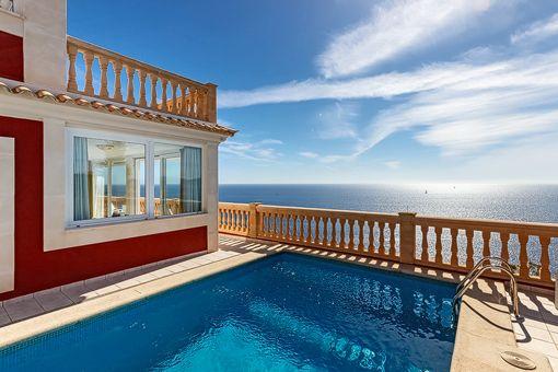 Diesen einzigartigen Ausblick könnt ihr in der Villa Josephine in El Toro genießen. Hier badet ihr praktisch über dem Mittelmeer und könnt von der Terrasse schon fast hinein springen! Mehr Infos findet ihr auf: http://www.portaholiday.de/mallorca/el-toro-villa-060601.html