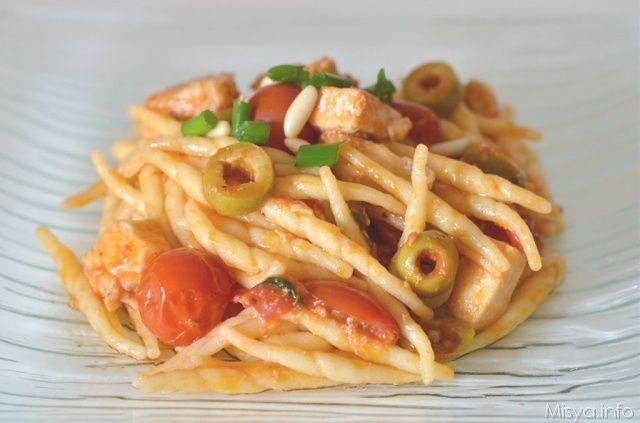 Pasta con pesce spada e olive.