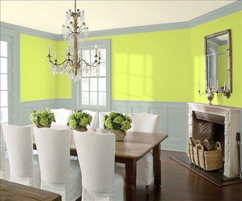 Admirez l'agencement de couleurs de peinture I réalisé avec Benjamin Moore. Via @benjamin_moore. Mur: Pomme Citronnée 2026-40; Moulures et Lambris: Vert Brumeux 2138-50; Plafond: Foin Givré 2020-70.