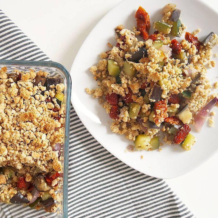 CRUMBLE DU SOLEIL   Un crumble d'été avec des légumes du soleil : aubergines, courgettes et tomates séchées.  Crumble réalisé avec des flocons d'avoine de la farine d'épeautre et une touche de parmesan  Pas de beurre dans cette recette mais un peu d'huile d'olive et de purée de cajoux !   RECETTE 4 ✖légumes ▪1 grande aubergine. ▪1 grande courgette. ▪1 poignée de tomate séchées ▪1 oignon ▪1cs d'huile d'olive + eau. ▪herbes de provence Precuire les légumes à la poêle. ✖crumble ▪~40g de ...
