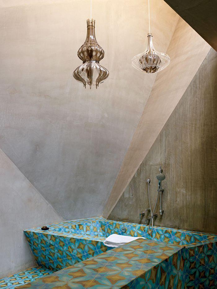 La maison de Jorge Pardo au Mexique La salle de bains de la Blue Room reprend les carreaux de céramique du sol de la chambre, et les pans coupés des murs déclinent le concept du pliage et de la pyramide.
