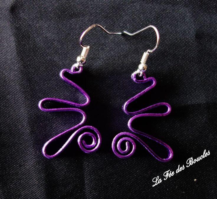 Boucles d'oreille courbées, torsadées et striées en fil aluminium Violet