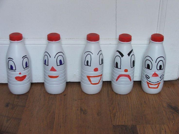 Bonjour,Je suis entrain de faire un jeu de quille avec des bouteilles de lait et du feutre indélébile.J'ai récupéré les bouteilles de lait...