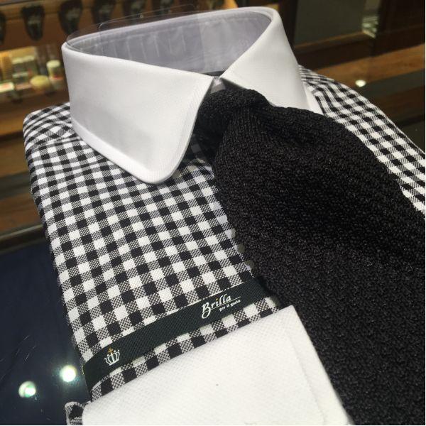 ブラックニットタイを今季はこのクレリックシャツで合わせてみたいと思っています。グレーベースのスーツとも相性が良さそうですし、色落ちしたデニムにネイビージャケットやモッズコートといったカジュアルにもイケそうですね。