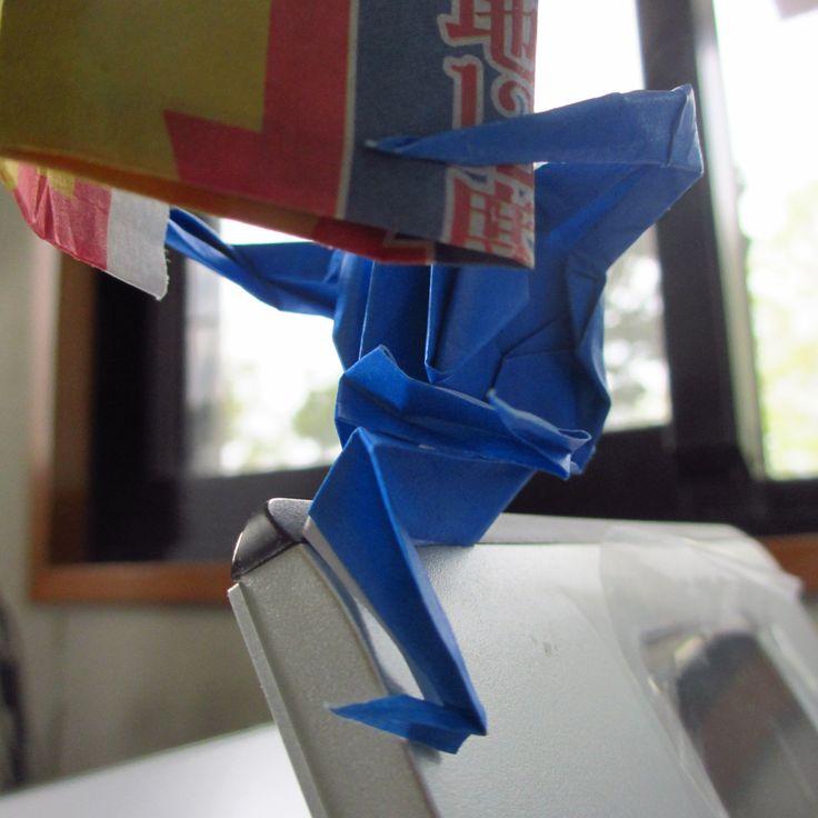 新聞を読む折り鶴