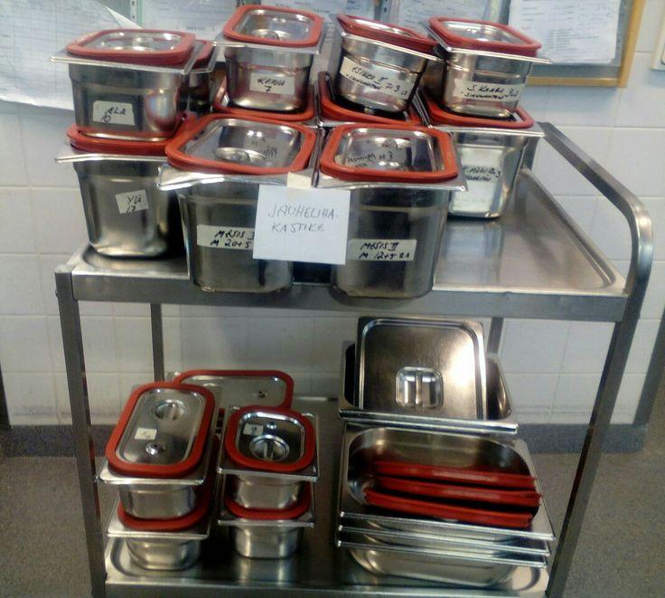 Jauhelihakastike päivän kastike astiat! Näistä kuvista puuttuu pehmeille menevät perunasose astiat. Juvakoti keittiö 23.2.2017 Eli meillä on 19 paikkaa johon lähetetään ruokaa, onhan se melkonen kippomäärä.